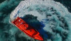 Trasladan al puerto de Algeciras a tres personas rescatadas de una patera 'toy'