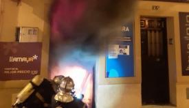 Bomberos actúan en el incendio en un locutorio en La Bajadilla
