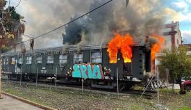 Bomberos extinguen un fuego junto a la Estación de Ferrocarril en Algeciras