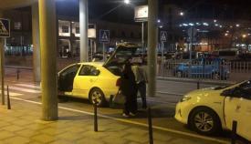 Un conductor cargando el maletero de su coche en el puerto de Algeciras