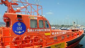 Salvamento traslada a ocho personas en una patera hasta Algeciras