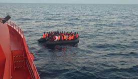 Doce inmigrantes en una patera son trasladados al puerto de Algeciras