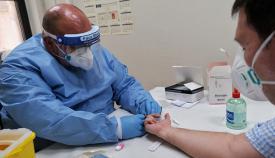 Un sanitario atendiendo a un paciente