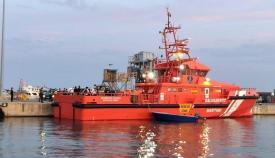 Trasladan a tres hombres de un kayak al puerto de Algeciras tras pedir ayuda