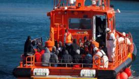 Trasladan a siete migrantes rescatados hasta el puerto de Algeciras