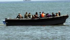 Rescatan a ocho inmigrantes en una patera en el Estrecho