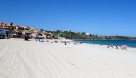Socorristas salvan a una joven por atragantamiento en la playa de Getares