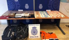 La cocaína, el dinero y otros elementos incautados en Los Barrios