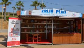 El módulo de la Biblio Playa en Torreguadiaro
