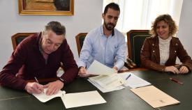 Un momento de la firma de los convenios