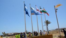 La bandera azul en Torreguadiaro, en imagen del verano de 2019