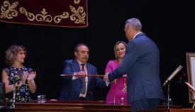 Ruiz Boix recibe el bastón de mando de manos de Jesús Mayoral