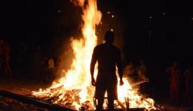 Una de las hogueras de San Juan que se encendieron anoche en San Roque