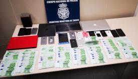 El dinero y el material intervenido a los detenidos