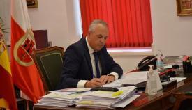 El alcalde de San Roque en su despacho