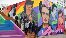 Las autoridades ante el mural de Curro Sedano en la Plaza por la Igualdad