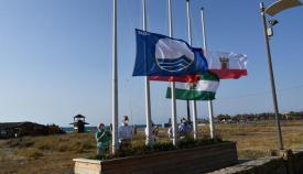 Izado de la bandera azul en la playa de Torreguadiaro