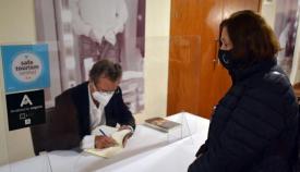 José-Reyes Fernández firmando ejemplares de su último libro