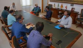 Los propietarios de las viviendas de Sotogrande reunidos con el alcalde de San Roque