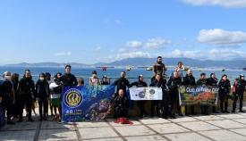 Un grupo de buceadores retira 200 kilos de basuras de los fondos de la playa de Campamento
