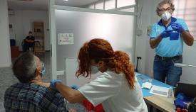 Un momento de la vacunación impulsada por Cáritas. Foto: NG