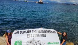 Ecologistas protestando por la emisión de gases de los buques. Foto NG