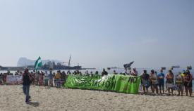 Imagen de la protesta en la playa de Puente Mayorga. Foto: Verdemar