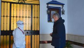 El alcalde de San Roque, en su visita a la Residencia de Mayores. Foto Multimedia