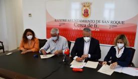 Mena y Ruiz Boix firmando el convenio. Foto: Multimedia