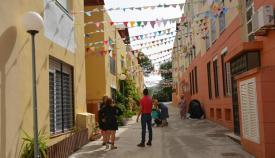 Una de las calles decoradas por los vecinos