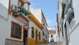 Una de las calles engalanadas con los farolillos. Foto: Multimedia
