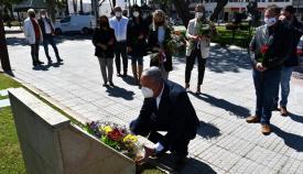 El alcalde de San Roque, Juan Carlos Ruiz Boix, en la ofrenda flora. Foto: Multimedia