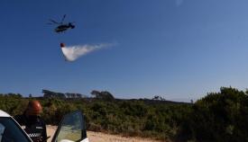 Uno de los efectivos aéreos durante las labores de extinción del incendio