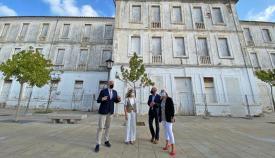 Las autoridades frente al edificio del Diego Salinas. Foto: Junta de Andalucía
