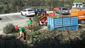 Imagen de los operarios municipales limpiando una escombrera