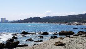 Diez personas son rescatadas por el levante en la playa de Torreguadiaro
