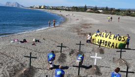 Acción de protesta en la playa