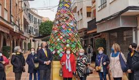 La calle Castelar cuenta con un árbol de Navidad tejido por mujeres