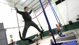 Andrés Carrasco practica en el trapecio de la Escuela de Circo Volátil de Tarifa