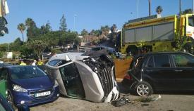 Un coche sale despedido en la A-7 y cae sobre otros dos en Algeciras