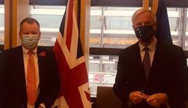 David Frost y Michel Barnier en una imagen de archivo. Foto Twt