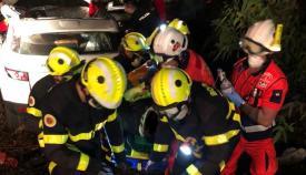 Los Bomberos, en un momento del rescate del accidentado