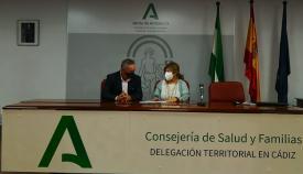 El concejal de Playas del Ayuntamiento linense y la delegada provincial de Salud. Foto: NG