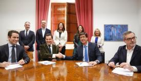 Juanma Moreno y Juan Marín estrechan sus manos tras firmar el acuerdo de Gobierno
