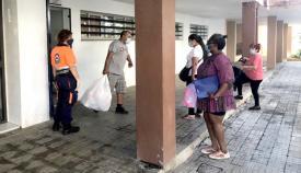 Los voluntarios de Protección Civil, durante el desarrollo de estas labores