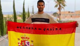 Adrián Gavira, con la bandera que le acompaña en las grandes competiciones