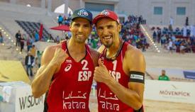 Adrián Gavira (a la izquierda) junto a Pablo Herrera tras el reciente bronce en Catar. Foto Madison Beach Volley Tour
