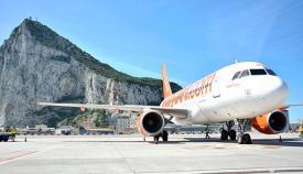 Avión en el aeropuerto de Gibraltar