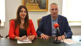 El alcalde de San Roque, Juan Carlos Ruiz Boix, con la concejal de Empleo, Belén Jiménez