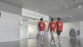 Los jugadores del Algeciras, entrando en Quirónsalud.